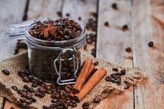 咖啡和八角在瓶子 图库摄影