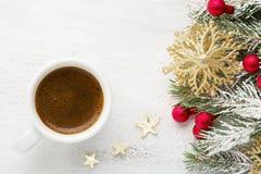 咖啡和冷杉分支与在老木破旧的背景的圣诞节装饰 库存照片