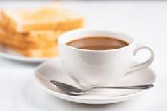 咖啡和切的面包 免版税库存图片