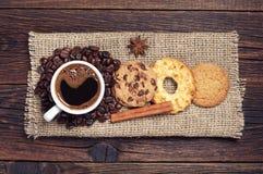 咖啡和各种各样的甜曲奇饼 免版税库存照片