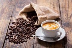 咖啡和咖啡豆在大袋 免版税库存照片