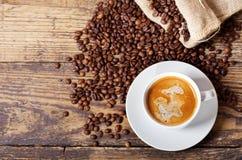 咖啡和咖啡豆在大袋 库存图片