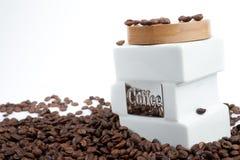 咖啡和咖啡豆的银行 免版税库存图片