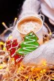 咖啡和圣诞节曲奇饼手中手套 库存图片