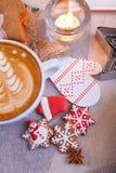 咖啡和圣诞节曲奇饼手中手套 库存照片