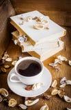 咖啡和堆旧书 木背景 免版税图库摄影
