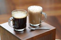 咖啡和塔利克一个玻璃杯子的 免版税库存图片