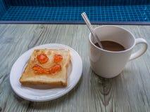 咖啡和多士用草莓酱 库存照片