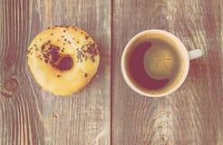 咖啡和多福饼在木背景 免版税图库摄影