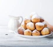 咖啡和多福饼,一顿共同和不健康的早餐 库存照片