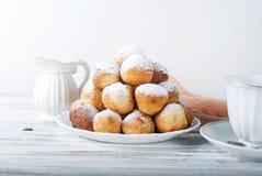 咖啡和多福饼,一顿共同和不健康的早餐 库存图片