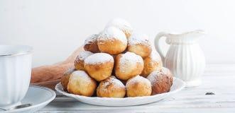 咖啡和多福饼,一顿共同和不健康的早餐 免版税库存图片