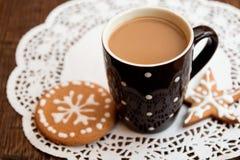 咖啡和姜饼曲奇饼 库存图片