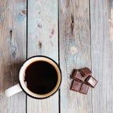 咖啡和巧克力在一张木桌上 图库摄影