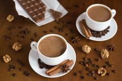 咖啡和巧克力在木头 免版税库存照片