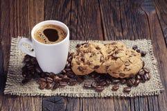 咖啡和巧克力曲奇饼 免版税库存图片