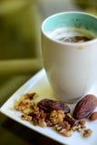 咖啡和干果子 免版税库存照片