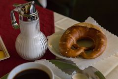 咖啡和德国椒盐脆饼 免版税图库摄影