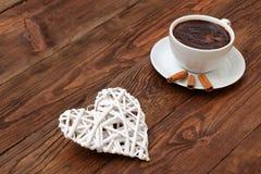 咖啡和心脏作为爱的标志 库存照片