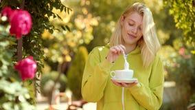 咖啡和愉快 充满秋季心情的秋天妇女 r r 影视素材