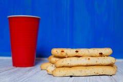 咖啡和意大利面包在木桌黏附grissini 免版税图库摄影