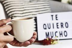 咖啡和文本我爱你非常用西班牙语 免版税库存图片