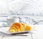 咖啡和新月形面包在咖啡馆 库存图片