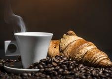 咖啡和新月形面包断裂 库存图片