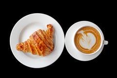 咖啡和新月形面包早餐 库存图片