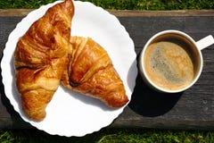 咖啡和新月形面包早餐 免版税图库摄影
