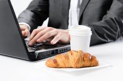 咖啡和新月形面包早餐 图库摄影