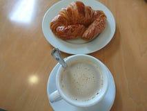 咖啡和新月形面包早餐 免版税库存照片