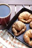 咖啡和新月形面包特写镜头 库存照片