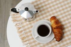 咖啡和新月形面包 图库摄影