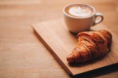 咖啡和新月形面包 库存照片