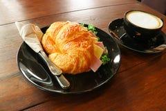 咖啡和新月形面包 库存图片