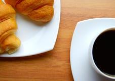 咖啡和新鲜的新月形面包 免版税图库摄影