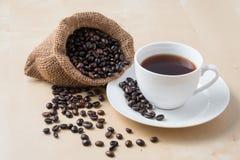 咖啡和新鲜的烤有机咖啡豆 免版税库存图片