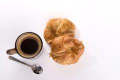 咖啡和新鲜的被烘烤的新月形面包 免版税库存图片