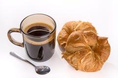 咖啡和新鲜的被烘烤的新月形面包 库存图片