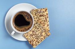 咖啡和曲奇饼与种子 免版税库存照片