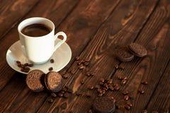 咖啡和曲奇饼在一张木桌上 图库摄影