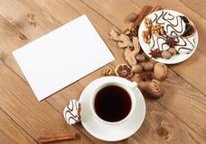 咖啡和曲奇饼在木背景、香料和装饰,空白纸文本的,顶视图,减速火箭的样式 免版税库存图片