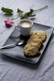 咖啡和曲奇饼断裂 库存图片
