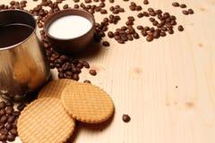 咖啡和曲奇饼用牛奶 库存照片