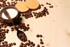 咖啡和曲奇饼用牛奶 库存图片