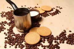 咖啡和曲奇饼用牛奶 免版税库存图片