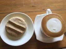 咖啡和曲奇饼 拿铁艺术 库存图片