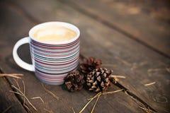 咖啡和杉木锥体 免版税库存照片