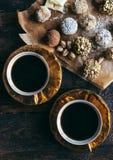 咖啡和果仁糖 免版税图库摄影